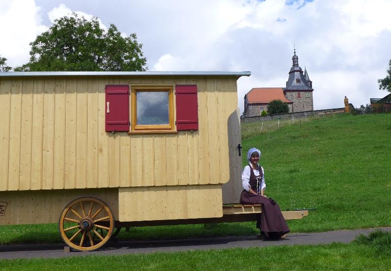 Schäferwagen vor der Kirche